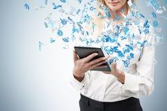 Geschäftsfrau, die Notenauflage hält Lizenzfreie Stockfotos