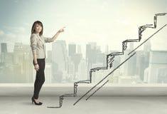 Geschäftsfrau, die oben an Hand gezeichnetes Treppenhauskonzept klettert lizenzfreie stockbilder