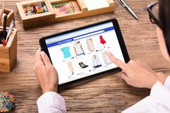 Geschäftsfrau, die online kauft lizenzfreie stockfotografie