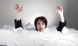 Geschäftsfrau, die in Papiere sinkt stockfoto