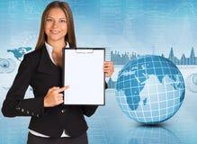 Geschäftsfrau, die Papierhalter hält Lizenzfreies Stockbild