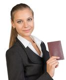 Geschäftsfrau, die Pass mit Blinddeckel zeigt Stockfoto