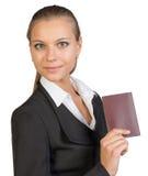 Geschäftsfrau, die Pass mit Blinddeckel zeigt Stockfotos