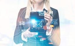 Geschäftsfrau, die phablet, E-Mail zeigt Lizenzfreie Stockbilder