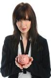 Geschäftsfrau, die Piggy Querneigung anhält Stockfoto