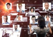Geschäftsfrau, die Porträts auf VR-Gläsern betrachtet Lizenzfreie Stockfotos