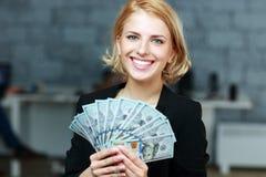 Geschäftsfrau, die Rechnungen von Dollar hält Lizenzfreie Stockbilder