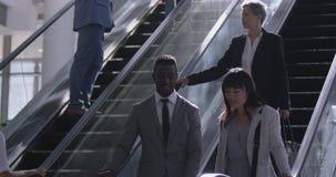 Geschäftsfrau, die Rolltreppe in einem modernen Büro 4k verwendet stock footage
