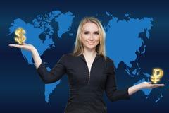 Geschäftsfrau, die Rubel und Dollarsymbole oder -zeichen hält Stockbilder