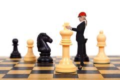 Geschäftsfrau, die Schach spielt stockfoto