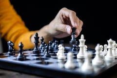 Geschäftsfrau, die Schach und denkende Strategie über Abbruch O spielt lizenzfreie stockfotografie