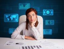 Geschäftsfrau, die Schreibarbeit mit digitalem Hintergrund tut Stockfoto