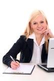 Geschäftsfrau, die am Schreibtisch sitzt Stockfotos
