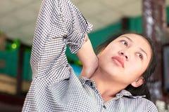Geschäftsfrau, die schwer bis Nackenschmerzen arbeitet stockbild