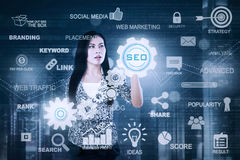Geschäftsfrau, die SEO-Knopf berührt Stockbilder