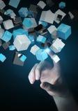Geschäftsfrau, die sich hin- und herbewegendes blaues glänzendes Würfelnetz 3D rende berührt Stockfotografie