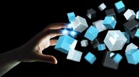 Geschäftsfrau, die sich hin- und herbewegendes blaues glänzendes Würfelnetz 3D rende berührt Stockbild