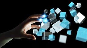 Geschäftsfrau, die sich hin- und herbewegendes blaues glänzendes Würfelnetz 3D rende berührt Lizenzfreies Stockbild