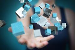 Geschäftsfrau, die sich hin- und herbewegendes blaues glänzendes Würfelnetz 3D renderin verwendet Stockfoto