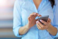 Geschäftsfrau, die smartphone verwendet stockfotografie