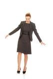 Geschäftsfrau, die sorgfältig geht Lizenzfreie Stockfotos