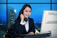 Geschäftsfrau, die spät arbeitet stockfotos