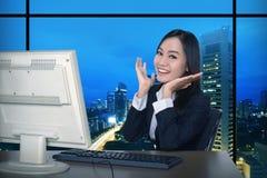 Geschäftsfrau, die spät arbeitet stockfoto