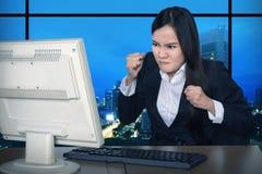 Geschäftsfrau, die spät arbeitet stockbild