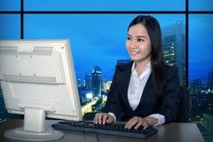 Geschäftsfrau, die spät arbeitet stockfotografie