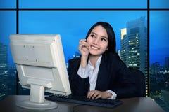 Geschäftsfrau, die spät arbeitet lizenzfreies stockfoto