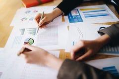 Geschäftsfrau, die Stift auf Geschäftsdokument auf Konferenzzimmer zeigt Diskussions- und Analysedatendiagramme und -diagramme, w lizenzfreies stockbild