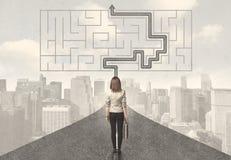 Geschäftsfrau, die Straße mit Labyrinth und Lösung betrachtet Lizenzfreies Stockfoto