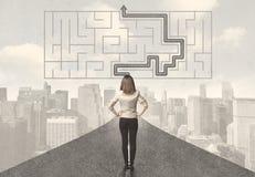 Geschäftsfrau, die Straße mit Labyrinth und Lösung betrachtet Lizenzfreie Stockfotos