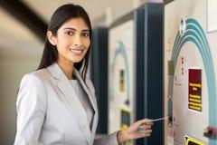 Geschäftsfrau, die Strafzettel zahlt Lizenzfreies Stockfoto