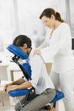 Geschäftsfrau, die Stutzenmassage erhält stockfotos