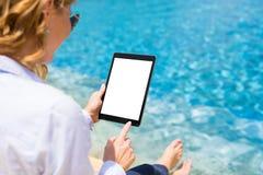 Geschäftsfrau, die Tablet-Computer durch das Pool verwendet lizenzfreies stockfoto