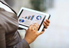 Geschäftsfrau, die Tablet-Computer verwendet Stockfotos