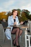 Geschäftsfrau, die Tablette auf Mittagspause verwendet. Lizenzfreie Stockfotos