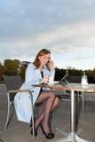 Geschäftsfrau, die Tablette auf Mittagspause verwendet. Stockbild