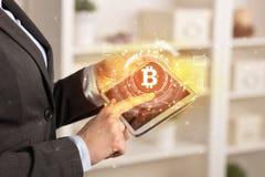 Geschäftsfrau, die Tablette in der Innenministeriumstimmung mit bitcoin Link-Netzkonzept verwendet stockbild