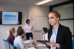 Geschäftsfrau, die an Tablette am Konferenzzimmer arbeitet Stockbilder