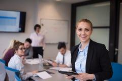 Geschäftsfrau, die an Tablette am Konferenzzimmer arbeitet Stockfoto