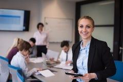 Geschäftsfrau, die an Tablette am Konferenzzimmer arbeitet Lizenzfreie Stockfotografie