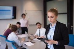 Geschäftsfrau, die an Tablette am Konferenzzimmer arbeitet Lizenzfreie Stockfotos
