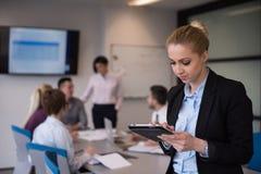 Geschäftsfrau, die an Tablette am Konferenzzimmer arbeitet Lizenzfreies Stockfoto