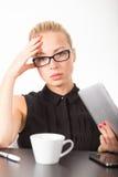 Geschäftsfrau, die an Tablette-PC arbeitet Stockbild