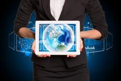 Geschäftsfrau, die Tablette-PC verwendet Bild von Erde an Lizenzfreie Stockfotos