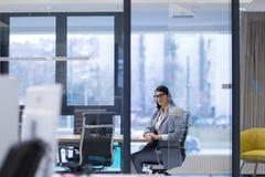 Geschäftsfrau, die Tablette verwendet stockfotografie