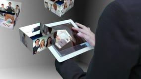 Geschäftsfrau, die Tablette verwendet, um Montage von Geschäftsleuten bei der Arbeit anzusehen lizenzfreie abbildung