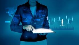 Geschäftsfrau, die Tablettensozialverbindung verwendet Stockbilder